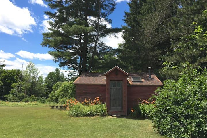 Charming private cabin on 65 acres, peaceful
