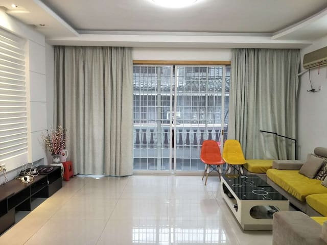 【艺缘居】凤凰古城临江公寓四室一厅二卫套房。