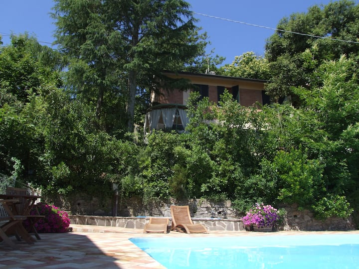 Relaxing lodging in villa, with swimming pool.E