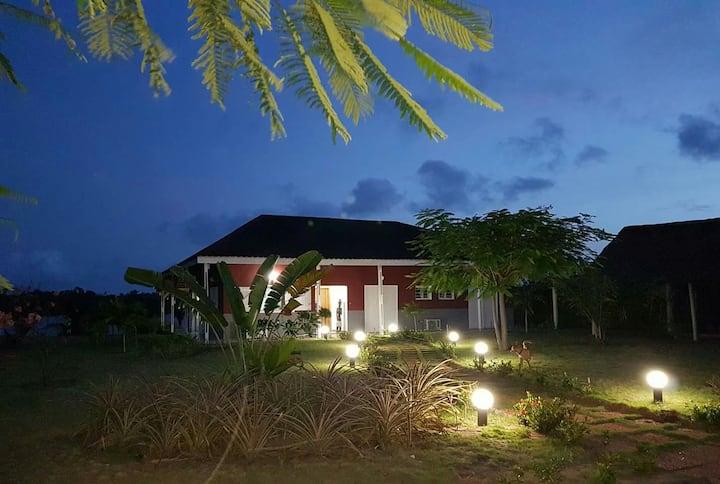 Chambres dans maison en bord de lagune et piscine.