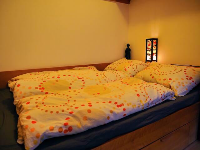 Schlafzimmer mit Doppelbett (140*200cm)
