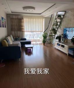 我爱我家,是全家人出行的不二选择。滨河蓝湾小区3张大床房整租,宽敞舒适明亮,空间大