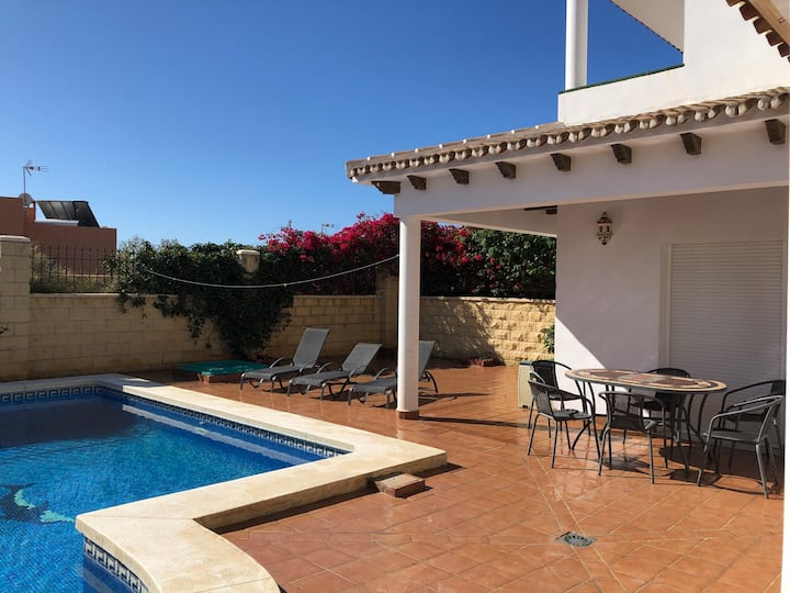 Villa & private pool sleeps 6/8 near town & beach