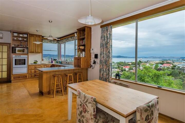 Great room with an amazing view - South Hobart - Casa