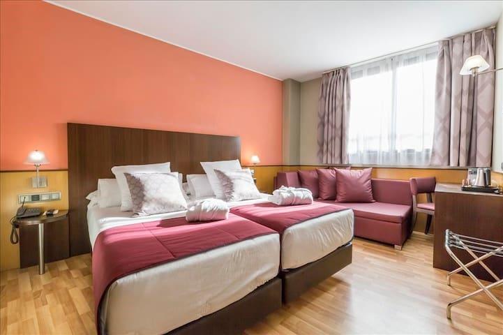 Habitación con dos camas en Hotel Ronda Lesseps