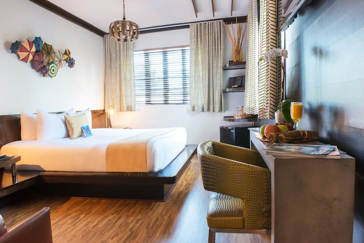 Cozy Room with One King Bed in the Art Deco District and Near the Beach