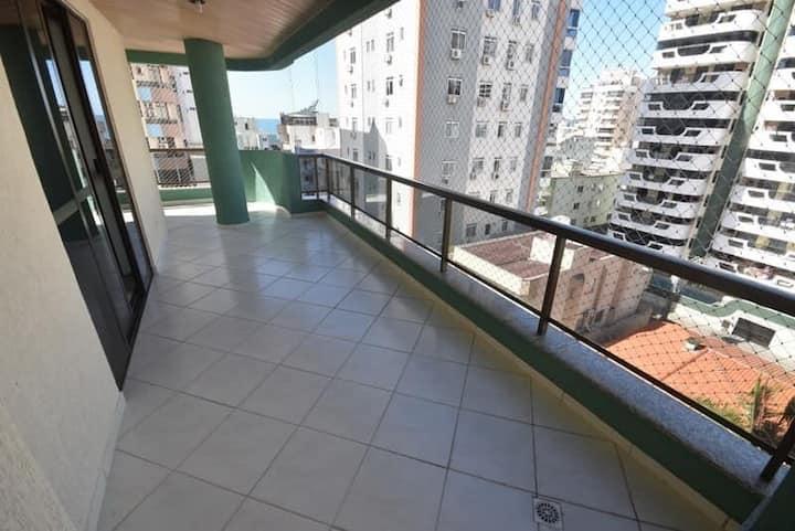 Apartamento com 3 quartos climatizados, Rua 242.
