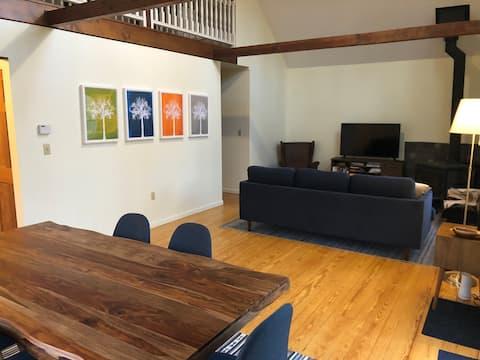 Family friendly getaway: wood stove, fiber wifi!