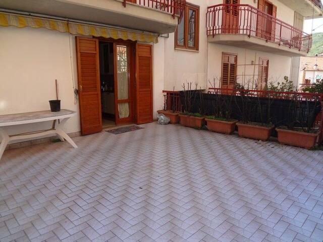 Disp ampio terrazzo per piacevoli cene all'aperto.