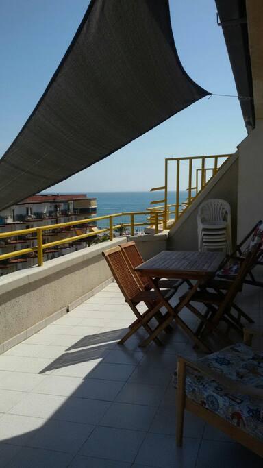 terraza resguardada con toldo