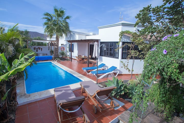 Villa Vistafuerte: solar heated pool & game room