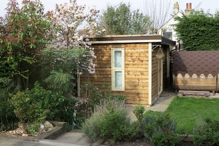 Garden holiday cabin with use of barrel sauna - Herne Bay - Бунгало