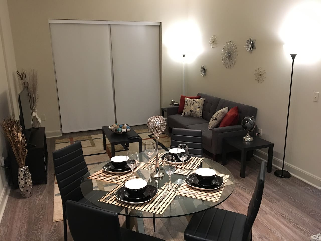 "Amazing living room, fast wi-fi, Smart 50"" Led Roku TV, Xfinity Cable, sleeper sofa, dinnig table and everything to give you the best experience!"