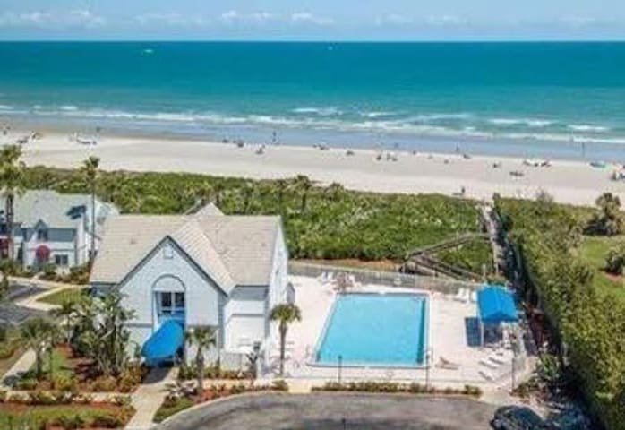 Townhouse w/3 pools next to beach/cruises/rockets