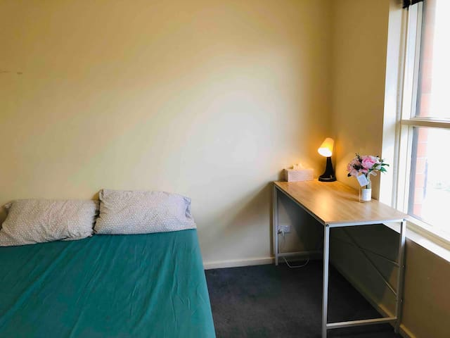 A queen bed  in cosy tiny unit in Prospect -CBD