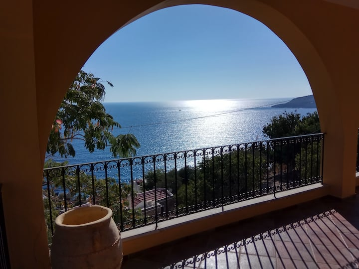 Plati gialos, Amazing view and location