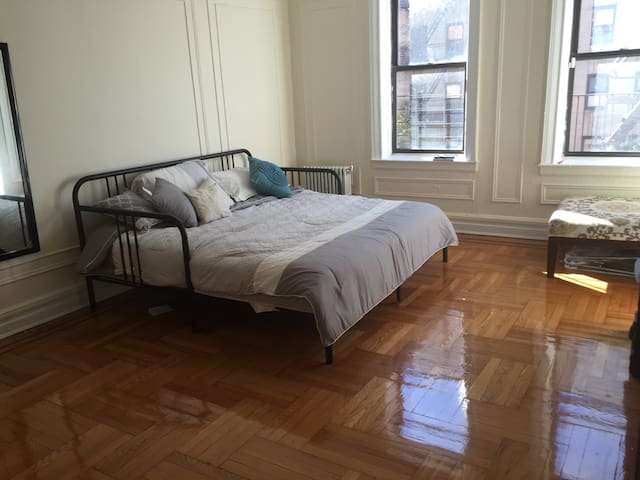 Sunny bdrm 25 mins from midtown! - New York