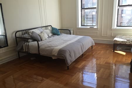 Sunny bdrm 25 mins from midtown! - New York - Apartmen