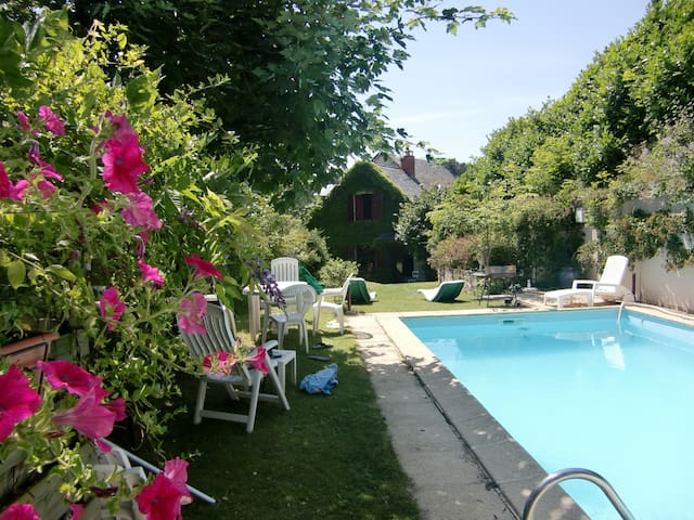 L'OUSTALOU  MAISON DE CHARME EN AUVERGNE PISCINE