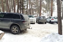 Просторная парковка возле дома
