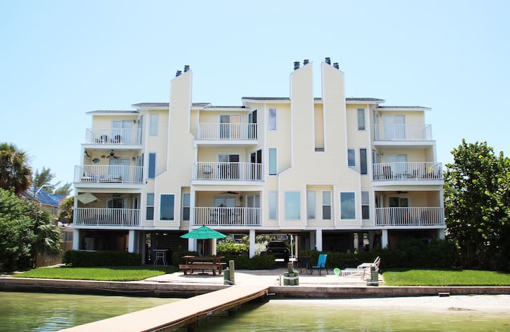 Dexter's Beach Home - 2 fl luxury 150' from beach! - Treasure Island - Apartment