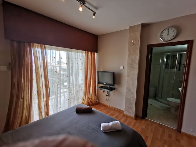 Studio with seperate kitchen and bathroom, parking