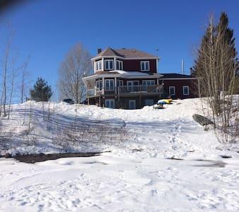 Maison sur le bord du lac vert - Hébertville
