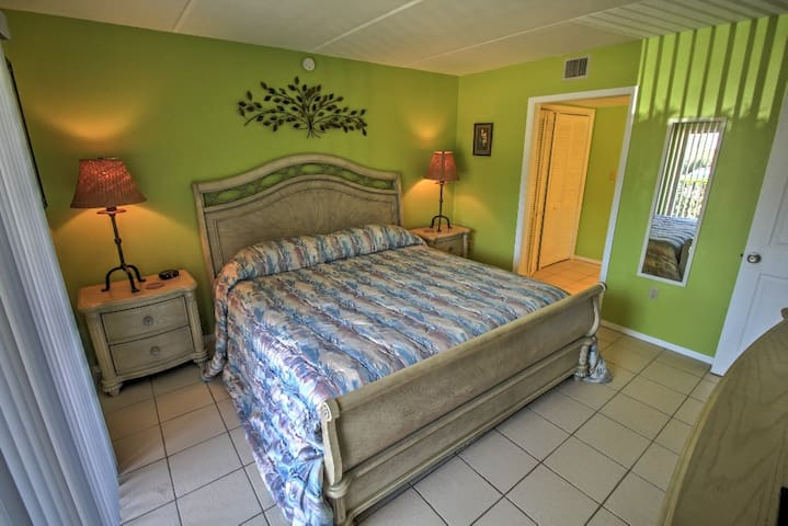 Georgeous Kind Master with large dresser, flat screen cable TV & door to patio