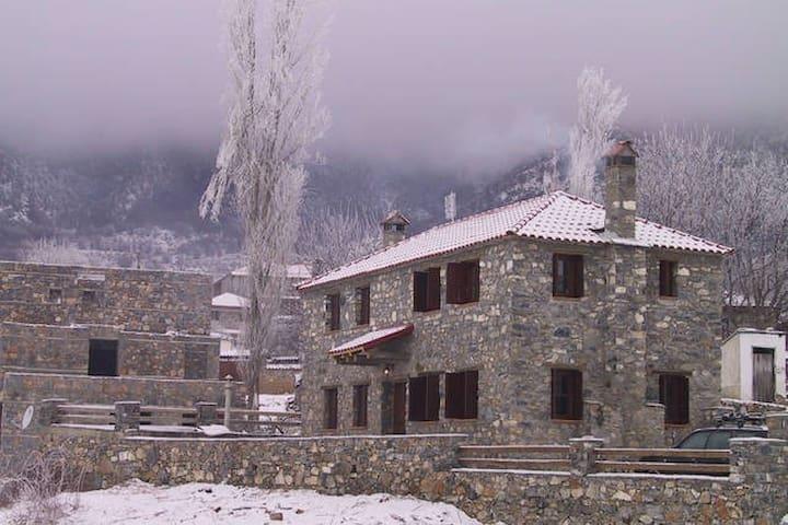 Γραφικό σπίτι στο κέντρο με θέα - Agios Athanasios - Casa
