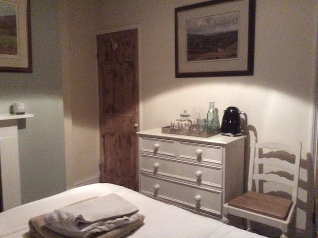 Cosy double room in centrally located cottage.
