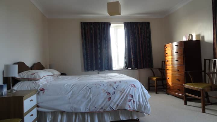 Spacious double/family room with en suite bathroom