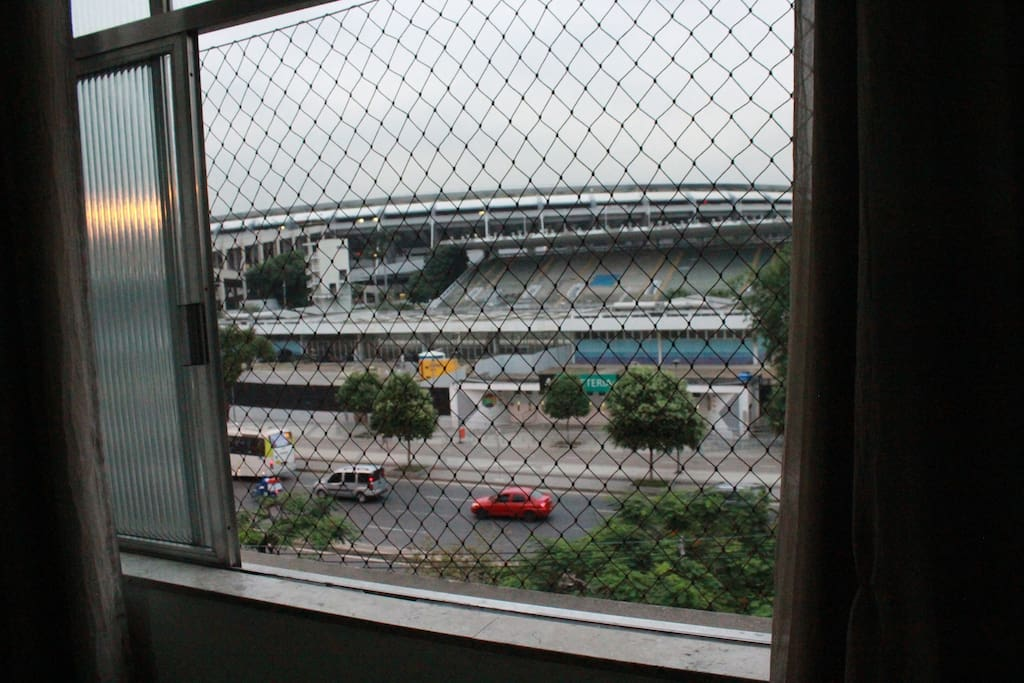 O Maracanã, palco dos maiores clássicos do futebol mundial está ali, bem do seu lado.