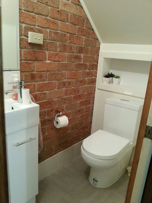 Toilet & vanity in the small ensuite.
