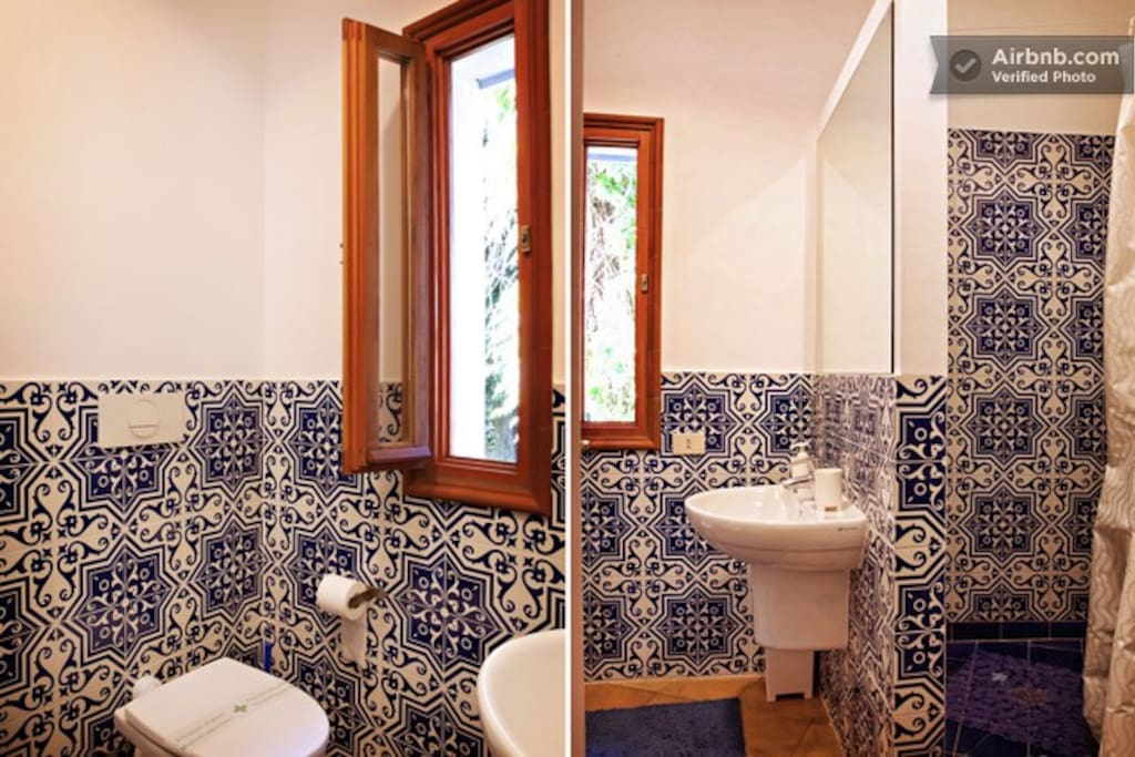Il bagno in ceramica Vietri , box in cristallo