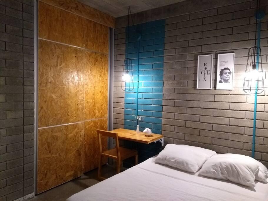 Habitación acogedora, con zona de estudio decorada con imágenes de escritores latinoamericanos