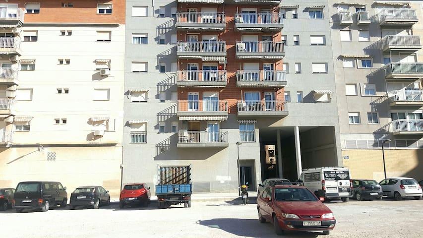El edificio da a una plaza con gran capacidad de estacionamiento gratuito