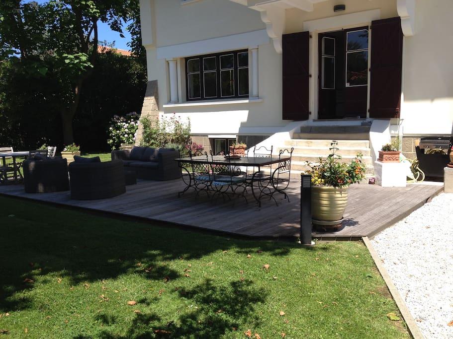 Accès Terrasse  au Sud, privatisée de 40 m2 avec salon et grande table  et plancha