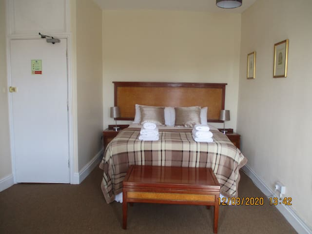 Ensuite double room with shower at the Lion Hotel
