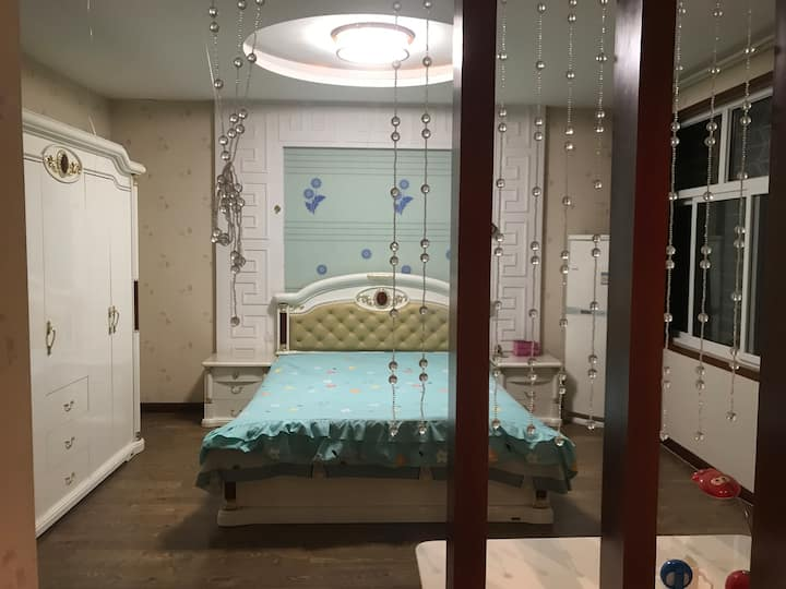 联排别墅 二楼三间卧室 豪华装修 环境安静