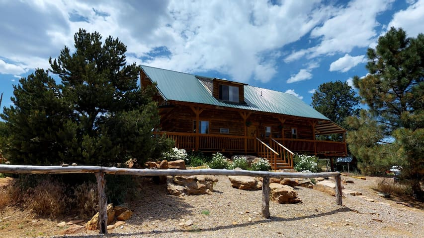 Western Town Retreat:  Lodge and Cabins, Campfire, BBQ, Dining Pavilion, Forest Setting. 20 beds
