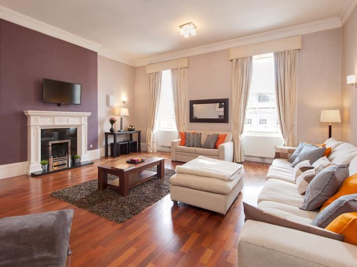 Spacious & Contemporary Apartment in Heart of City