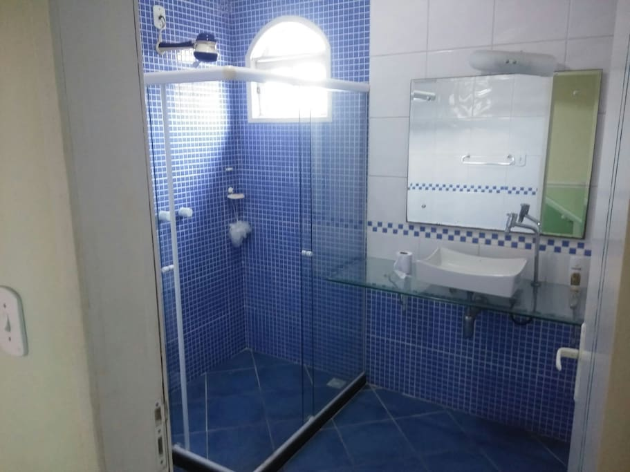 banheiro superior compartilhado com os quartos azul e rosa