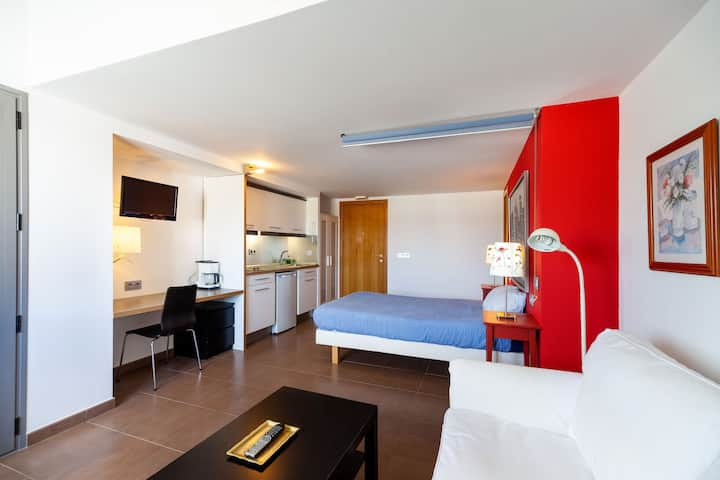 Modern Studio Apartment Close to Beach with Air-Conditioning and Wi-Fi