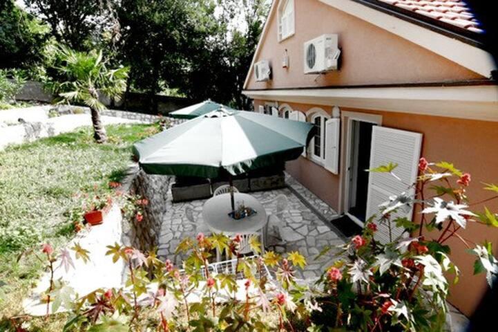 Lovely apt for 4 with 2 terraces - Novi Vinodolski - Villa