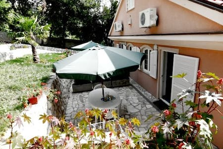 Lovely apt for 4 with 2 terraces - Novi Vinodolski - 別荘