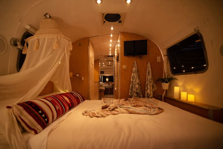 Romantic comfy double bed with tv can be closed off by curtain