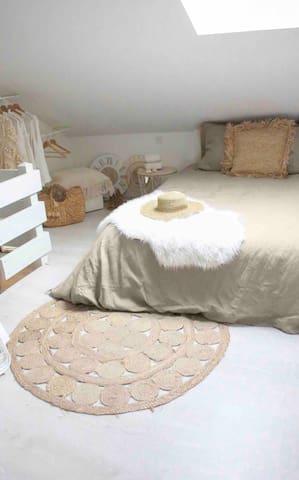 Grande chambre côté lit.