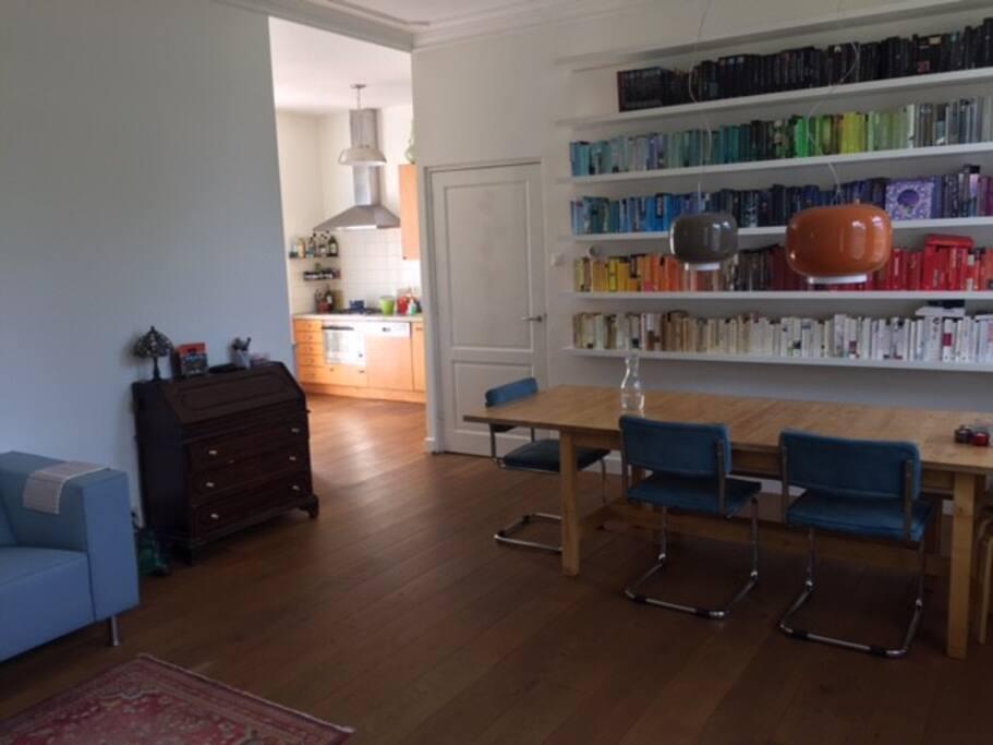 Eettafel en zicht op open keuken