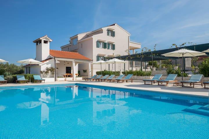 Spacious peaceful villa with pool, bar & sports