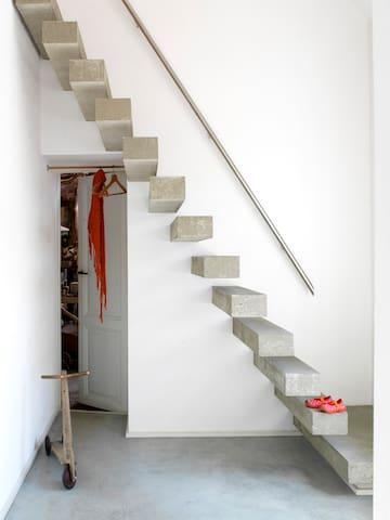 betonnen designtrap met daaronder toegang tot pakhuis/atelier 'Wad Mooi'